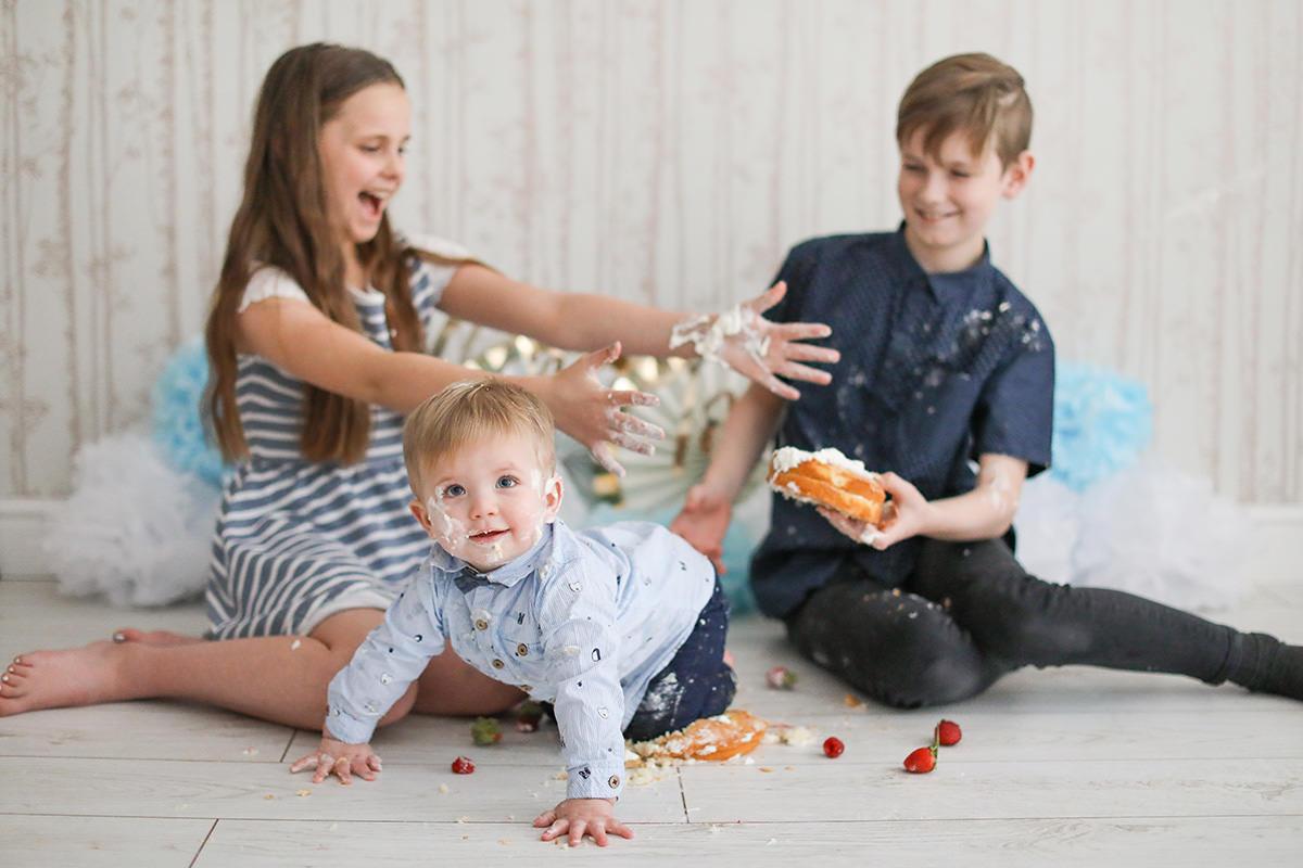 cake smash family portrait